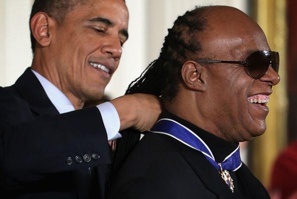 Muy sonriente al lado del Sr. Presidente. ¿Necesita una mano, Señor?