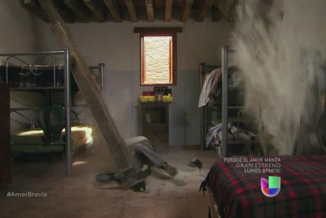 Mientras Viviana, Aarón y Rafael entretienen a los niños, se desploma el...