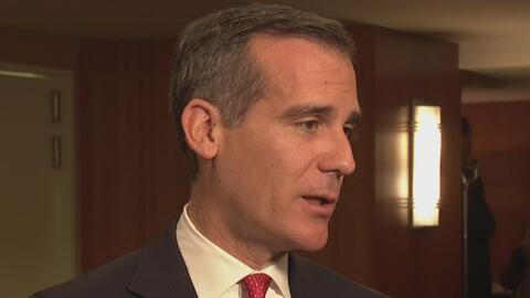 El alcalde de Los Ángeles reacciona a la amenaza de quitar fondos federa...