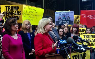Unas 50 mujeres lideradas por funcionarias electas se manifestaron frent...