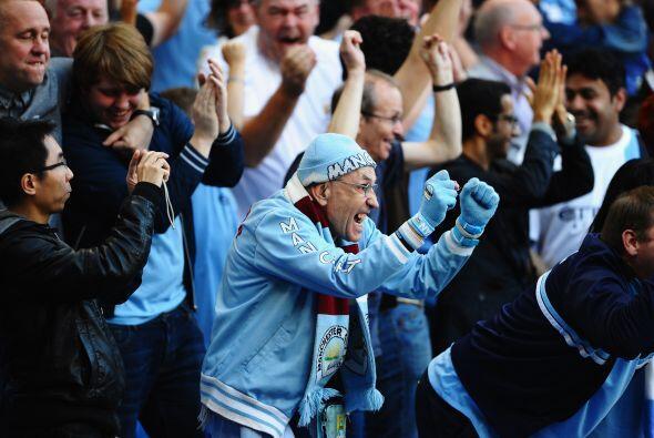 Y junto a los futbolistas, los fanáticos estaban llenos de felici...