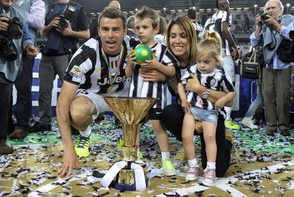 Andrea Barzagli con su familia en plano.