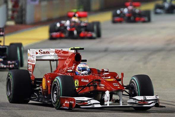 Después de su parada a 'pits', Alonso se mantuvo en primer puesto...