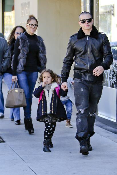 Casper venía al frente con la nena y J.Lo atrás. Mira aquí los videos má...