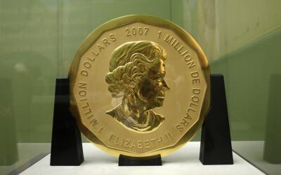 La moneda de medio metro de diámetro pertenece a Canadá.