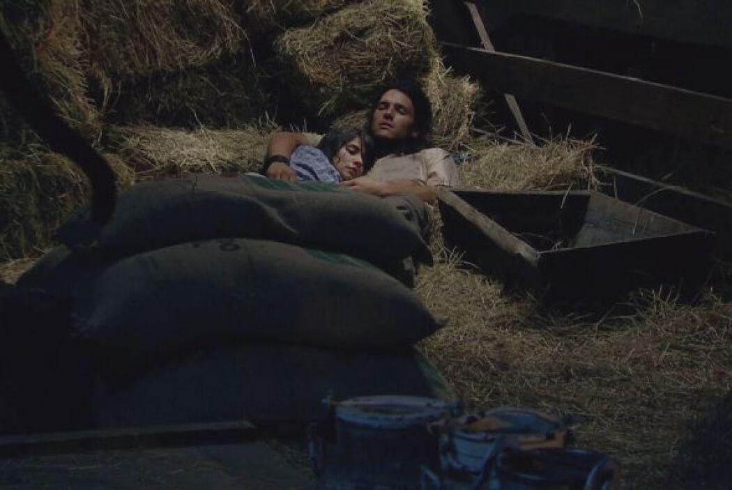 Esta vez la pareja se esconde en un establo que encuentran en medio de l...