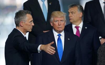 El presidente Donald Trump durante la foto de familia junto al secretari...