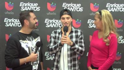 Enrique Santos habla con Maluma en los ensayos de Premios Juventud Scree...