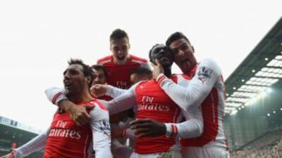 Los jugadores del Arsenal festejan con Danny Welbeck el gol del triunfo.