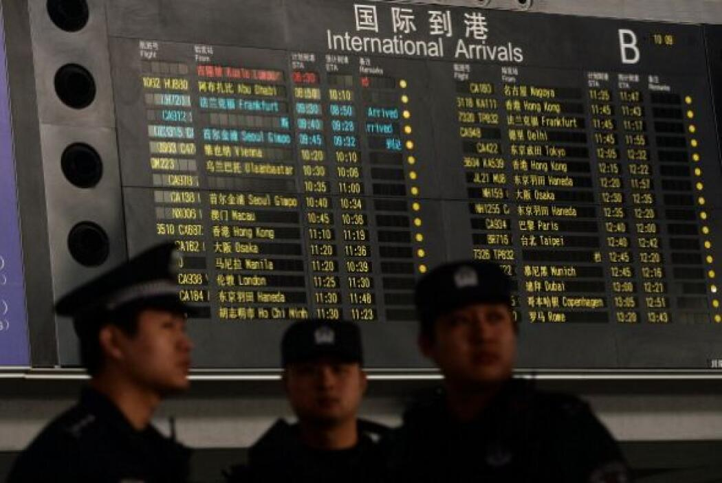 Esta es la pizarra del aeropuerto chino que muestra en rojo el vuelo MH3...
