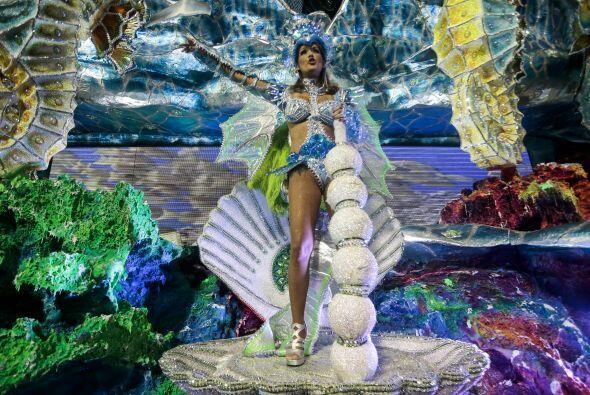En tanto, el carnaval dominicano cerró hoy en el emblemático Malecón de...