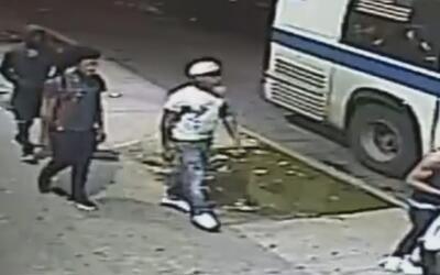 Buscan a los sospechosos de robar y herir a un joven dentro de un autobú...