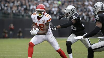Los Kansas City Chiefs vencieron 34 - 20 a los Oakland Raiders para liga...