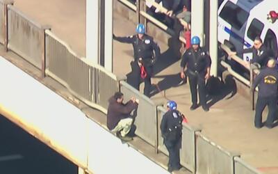 El caos provocado por un hombre que intentó saltar desde el Washington B...