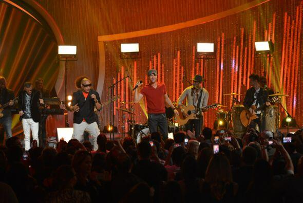 Enrique puso a cantar y a bailar al público con su más reciente éxito.