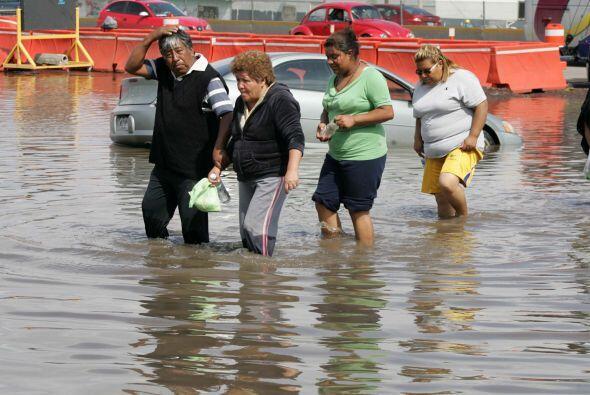 Con el fin de demandar atención a sus comunidades inundadas por las lluv...