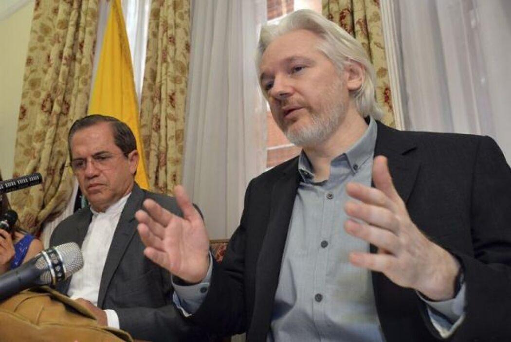 El fundador de Wikileaks Julian Assange, y el ministro ecuatoriano de Ex...