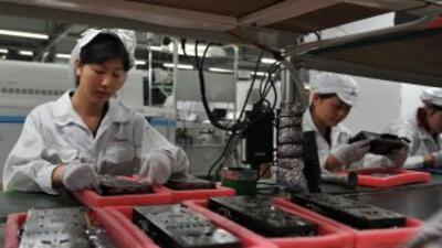 El uso de robots en las líneas de producción libera a los obreros de tar...
