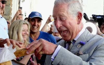 El Príncipe de Gales muy feliz durante su visita oficial a Port Isaac.