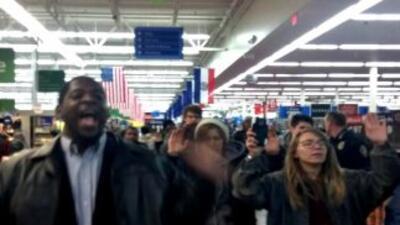 Protesta por Ferguson en el Walmart de St. Charles, Missouri. Imagen com...