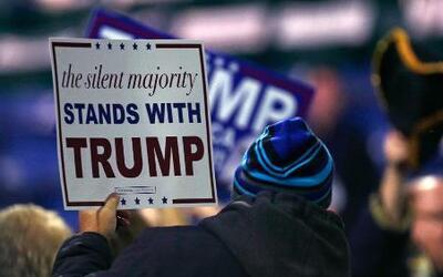 Partidarios sostienen carteles de apoyo al precandidato presidencial rep...