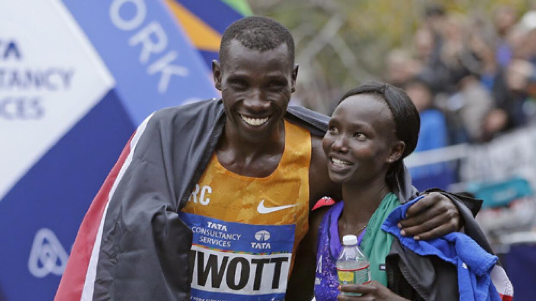 Los kenianos Stanley Biwott y Mary Keitany.