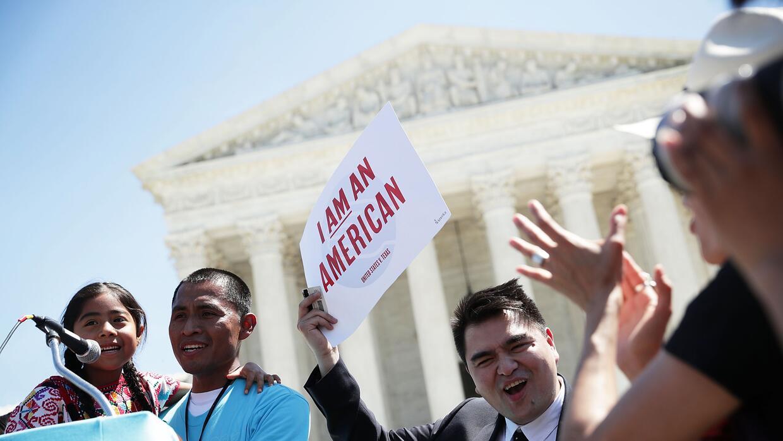 Inmigrantes indocumentados durante una marcha a favor de DACA y DAPA el...
