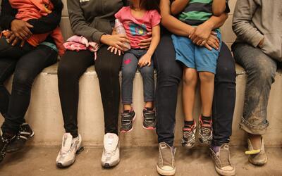 Niños migrantes en un centro de detención de la Patrulla Fronteriza en T...