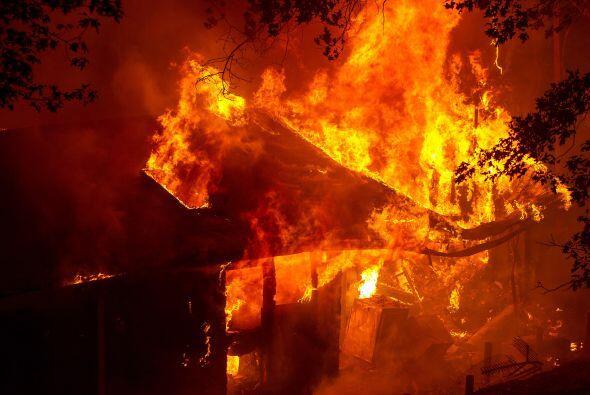 Una casa arde en llamas en Seigler Springs, California. Como consecuenc...
