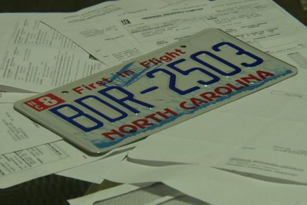 La placa, ahora inservible, del carro de Andres Santos.  Autor: Inocente...