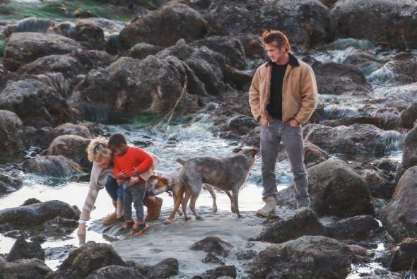 También los acompañó el hijo adoptivo de Charlize,...