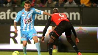 Adrian Mutu enfrenta a un rival de Rennes en el empate a un gol del Ajac...