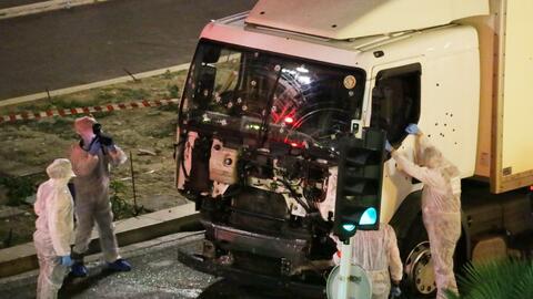 Autoridades revisan el camión que fue usado para atropellar a la...