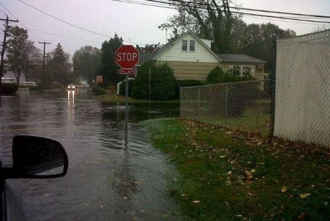 Inundación en Long Island por 'Tu Cámara'  Evelin0618 nos muestra calles...