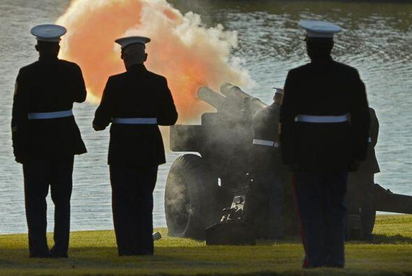 Una guardia de honor dispara cañones de salva.