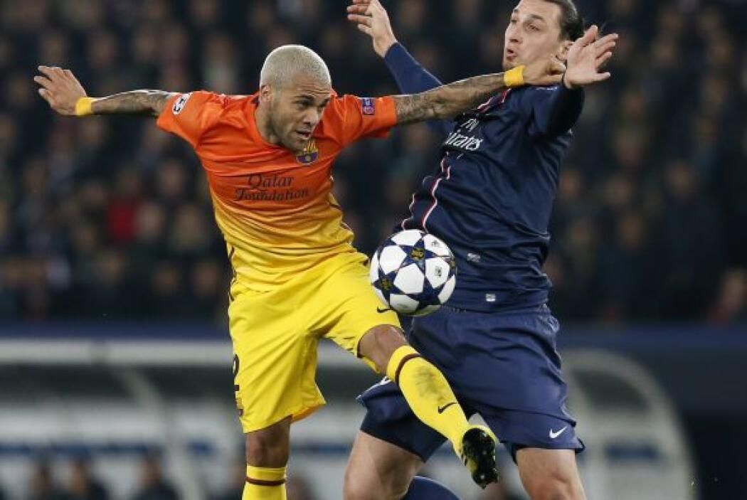 Ibrahimovic, muy marcado, dio problemas al Barcelona.