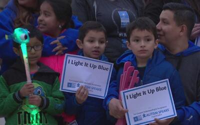 Iluminan edificios de azul en Chicago para promover el entendimiento sob...