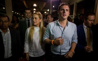 Lilian Tintori y Albert Rivera en el aeropuerto Simón Bolívar