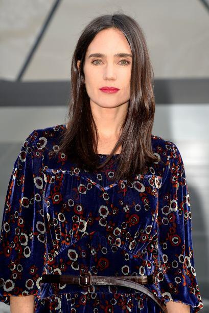 Un vestido estampado resaltó la delgada figura de la actriz.