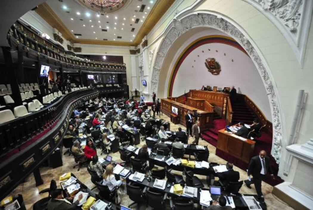 Chávez fue habilitado por el Parlamento, de mayoría oficialista, para le...