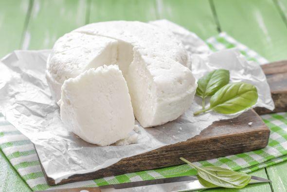 Una vez hecho esto, añade un poco de queso fresco o panela sobre la ensa...