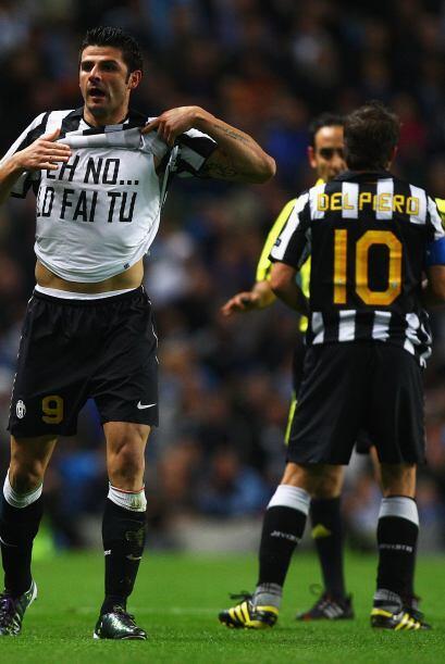 El goleador Vincenzo Iaquinta fue el encargado de mandar el balón...