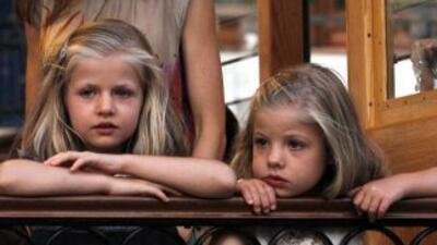 Las infantas Leonor y Sofía, en el andén junto al tren turístico Sóller.