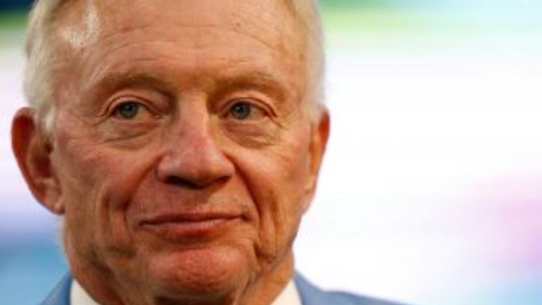 Jerry Jones, dueño de los Dallas Cowboys, fue demandado por una exbailar...