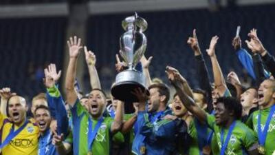 Los jugadores deSeattle Sounders celebra con la Copa Lamart Hunt.