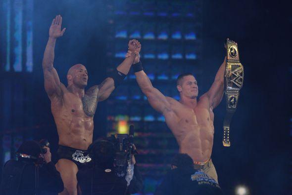 En la pelea estelar John Cena  se vengó de The Rock, quien le había gana...