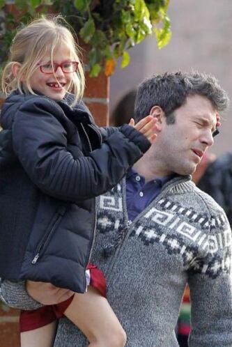 Pero la pequeña Violet aprovechó para molestar un poco a su papi. Mira a...
