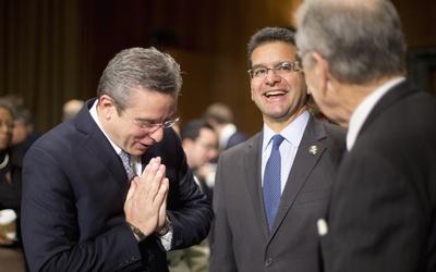 El gobernador Padilla (a la izquierda) con el comisionado residente en W...
