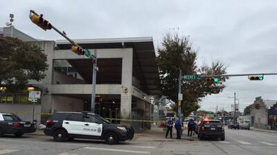 La Policía de la capital texana informó del incidente en el número 500 d...