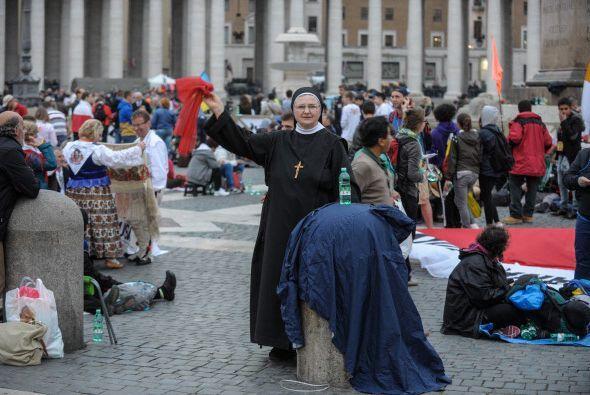 Aquí, una monja agitando una bufanda.